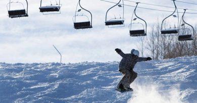 户外运动爱好者排队为疫情冬季做运动选项